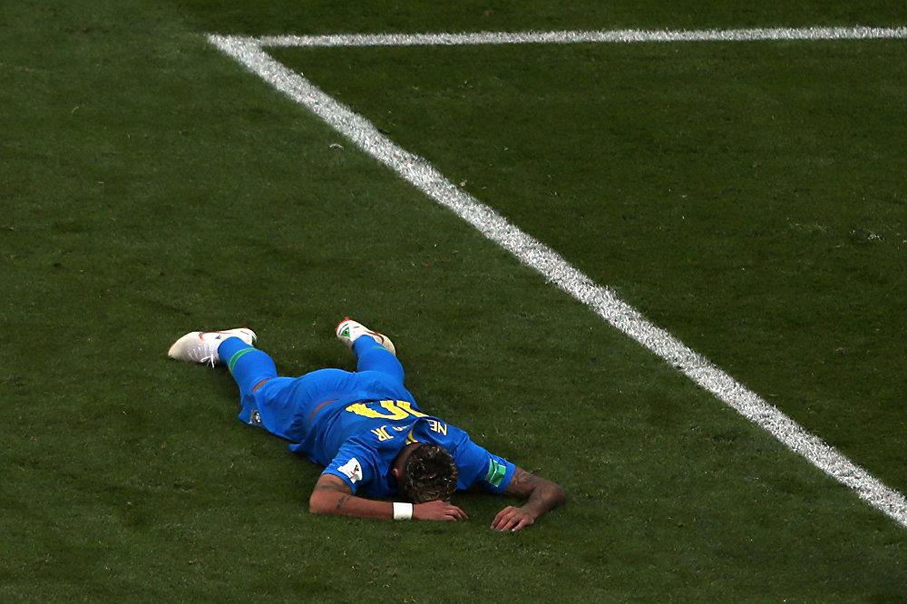 Neymar fica deitado no gramado após uma falta por parte de Costa Rica, em 22 de junho de 2018, no estádio São Petersburgo