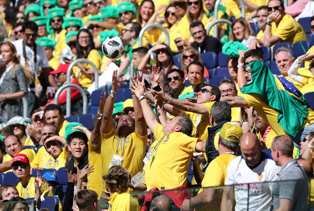 Torcedores brasileiros apanham bola durante o jogo Brasil-Costa Rica, em 22 de junho de 2018, no estádio São Petersburgo