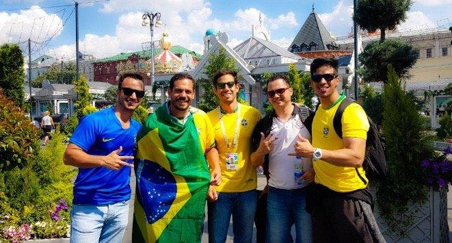 Max Peixoto, à direita, junto com torcedores brasileiros na Rússia. O baiano conseguiu dar um jeitinho e trabalhar como guia turístico durante a Copa do Mundo.