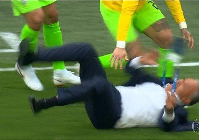 Técnico do Brasil, Tite, caiu durante a comemoração do 1º gol do Brasil contra a Costa Rica na Copa do Mundo de 2018.