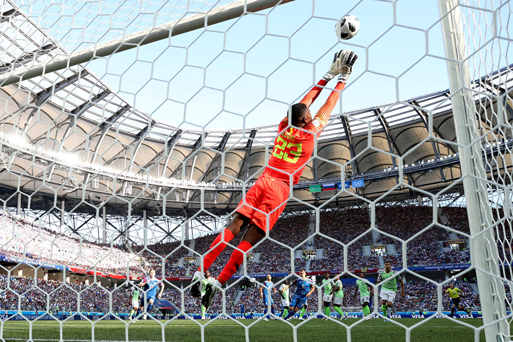 Goleiro nigeriano, Francis Uzoho,agarra a bola durante jogo contra a Islândia na Copa do Mundo de 2018. A Nigéria venceu o jogo por 2x0.
