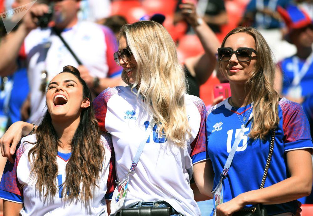 Torcedoras islandesas assistindo ao jogo entre Islândia e Argentina na Copa 2018.
