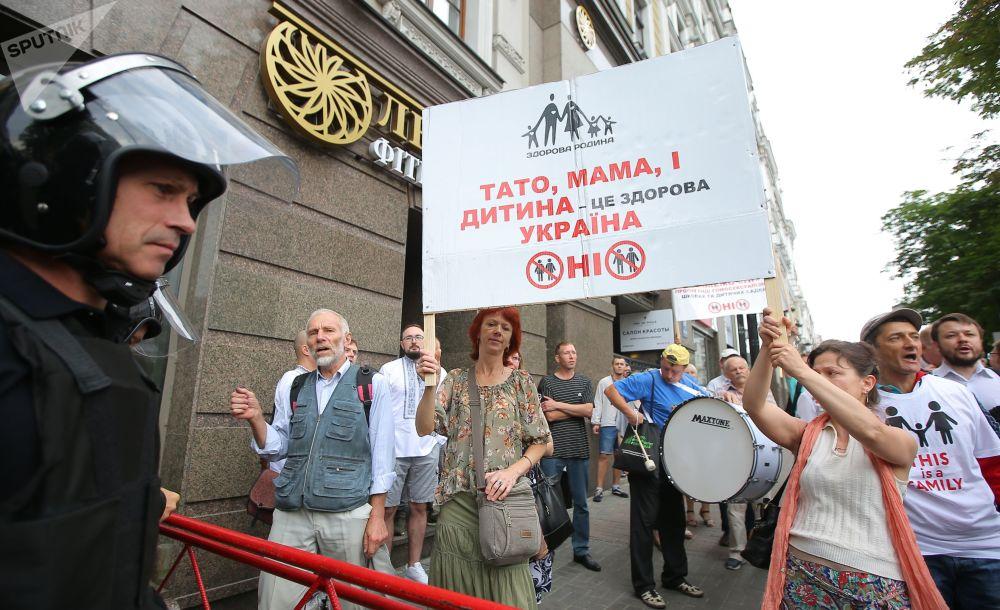 Pessoas protestando contra a Marcha de Igualdade em apoio ao movimento LGBT em Kiev.