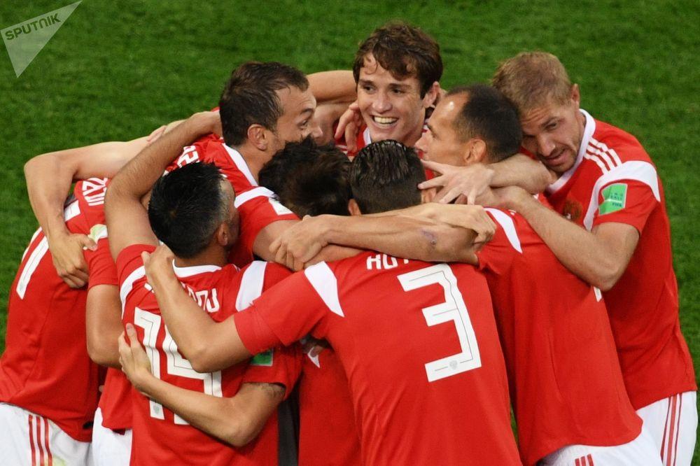 Seleção Russa celebrando um gol marcado durante a partida contra o Egito.