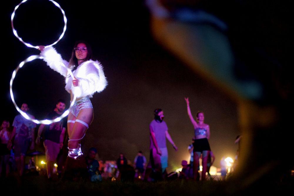 Dançarina durante apresentação no Firefly Music Festival, em Dover, EUA.