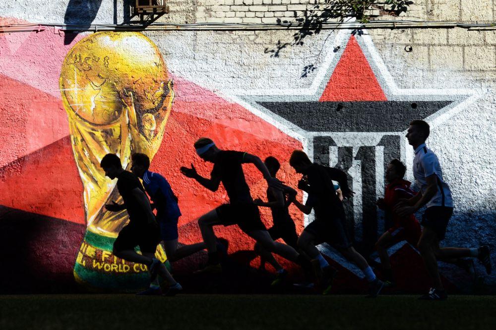 Jogadores de um clube de futebol juvenil durante o aquecimento, São Petersburgo, Rússia.