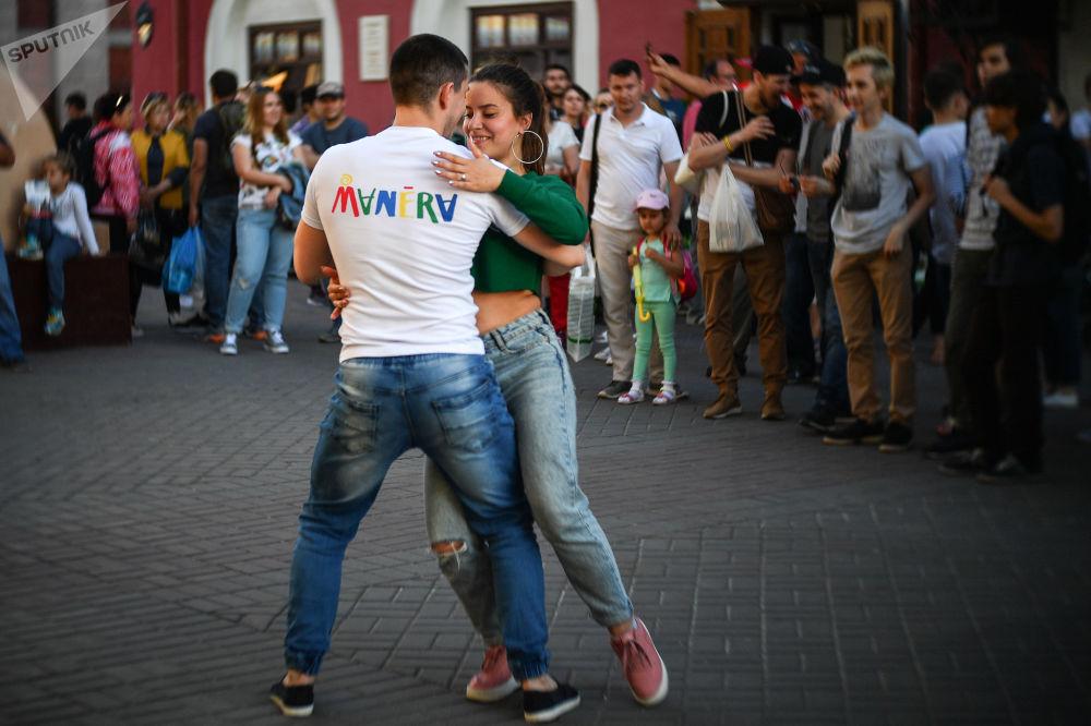 Turistas dançando nas ruas de Kazan, Rússia.