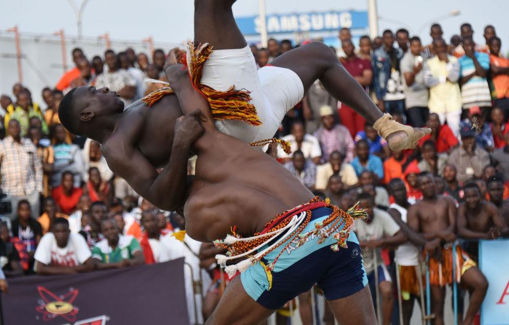 Festival de wrestling entre os países da Comunidade Econômica dos Estados da África Ocidental por ocasião do fim do mês de Ramadã, Abidjan, Costa do Marfim.