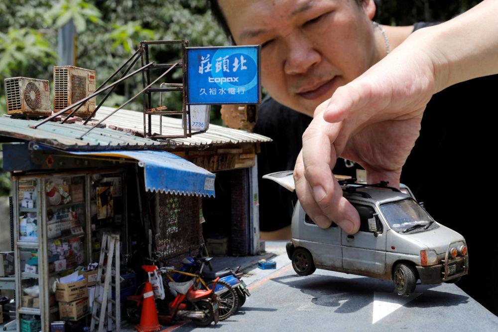Artista taiwanês Hank Cheng mostrando seu modelo em miniatura das ruas de Taipé, Taiwan.