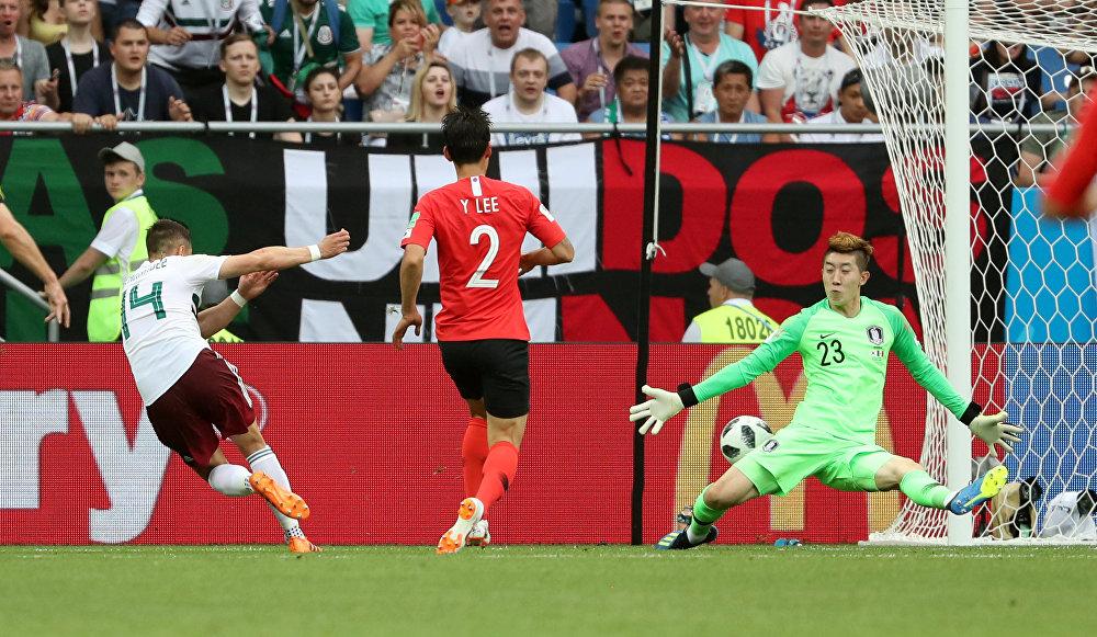 México 2 x 1 Coreia do Sul -  Javier Hernandez comemora o segundo gol da seleção mexicana após uma bela jogada de contra-ataque