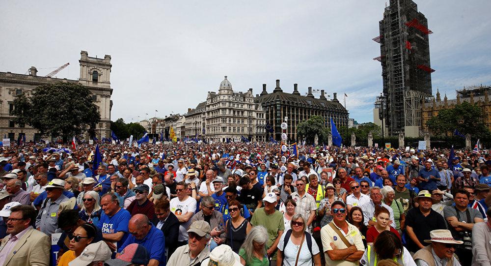 Manifestantes contra o Brexit encheram as ruas de Londres no sábado, 23 de junho de 2018.