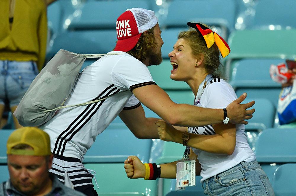 Torcedores alemães comemoram a vitória sobre a Suécia por 2 a 1