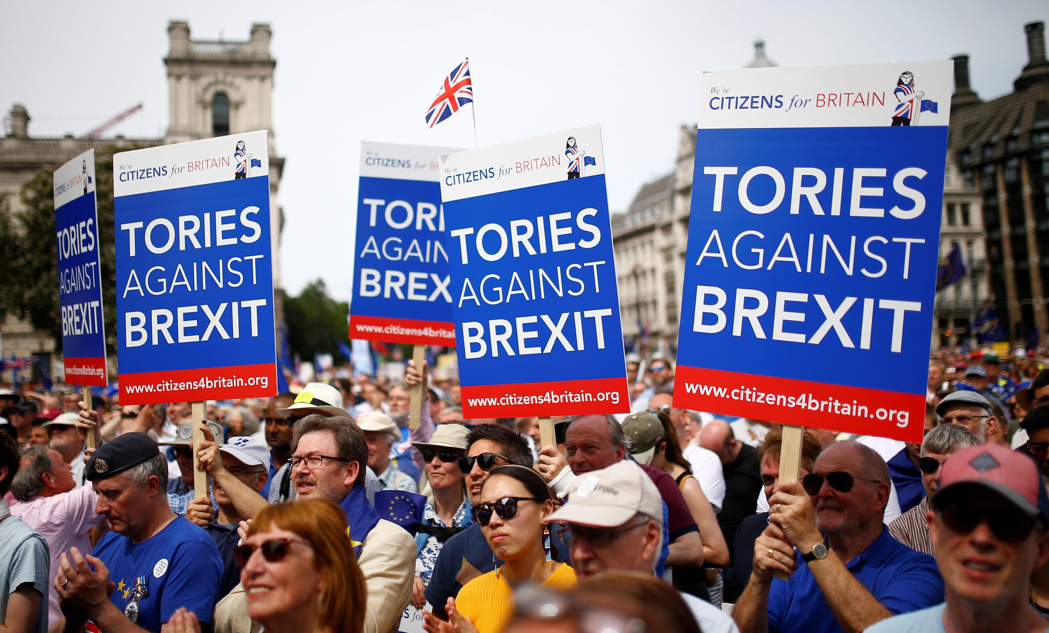 Manifestantes contra o Brexit encheram as ruas de Londres neste sábado (23). Eles querem a reintegração do Reino Unido com a União Europeia.