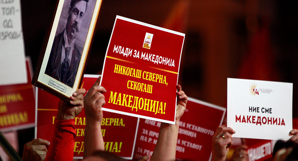 Manifestantes levantam cartazes na Macedônia contra a mudança de nome do país, acordada com a Grécia. protesto aconteceu em frente ao Parlamento macedônia em 23 de junho de 2018.