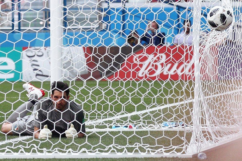 Goleiro observa rede balançando em jogo entre Inglaterra e Panamá na Copa do Mundo 2018