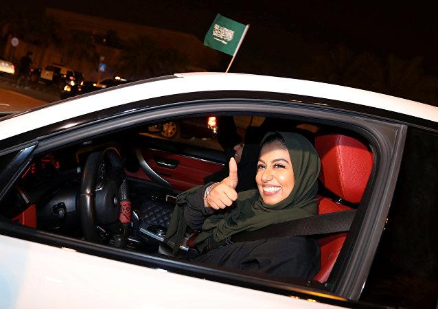 Mulher saudita comemora enquanto dirige seu carro pela vizinhança, em Al Khobar.