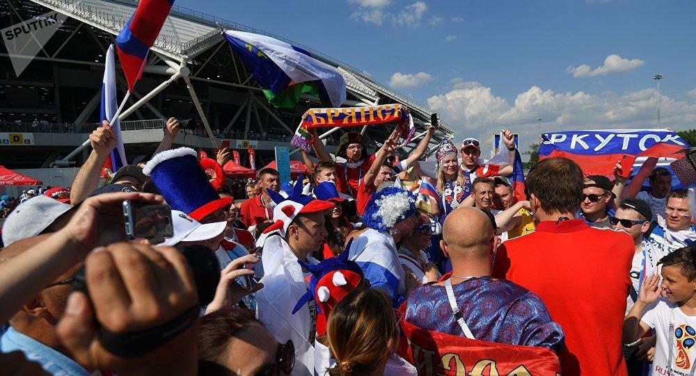 Torcedores chegam ao estádio de Samara antes do jogo entre Rússia e Uruguai