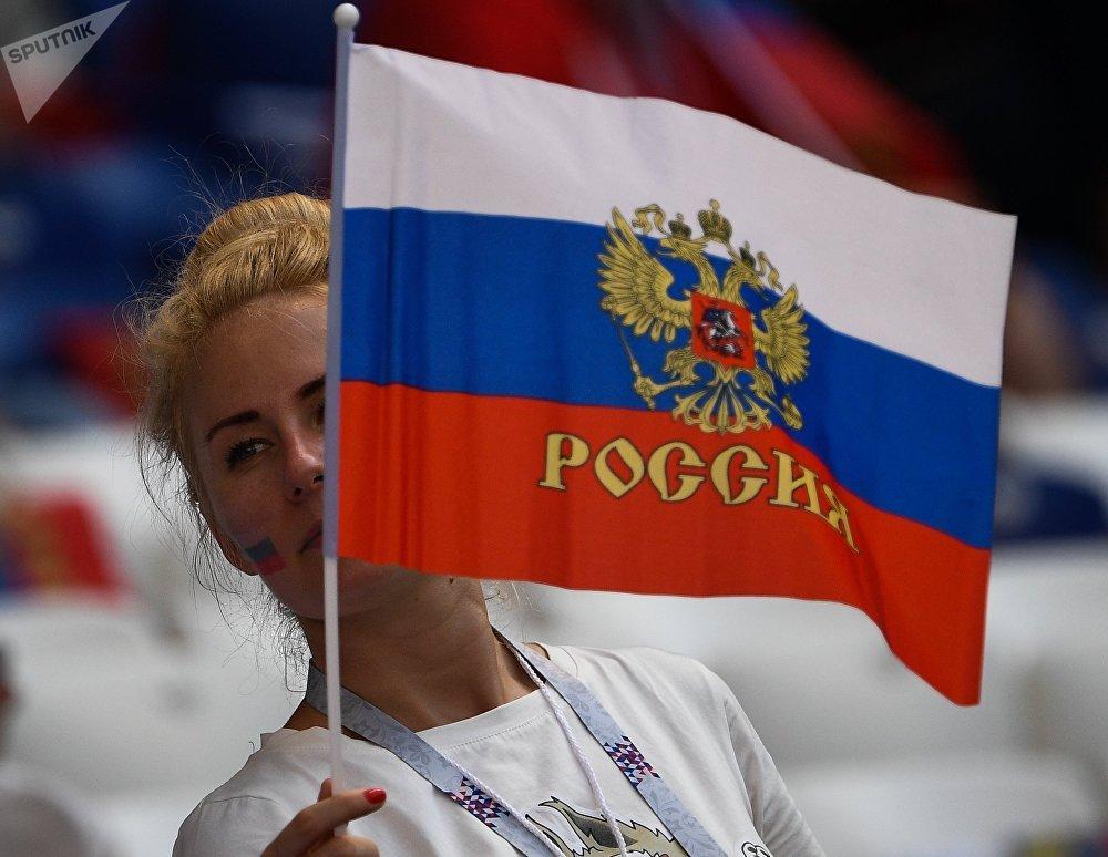 Torcedora russa apoiando a seleção nacional contra o Uruguai, em Samara