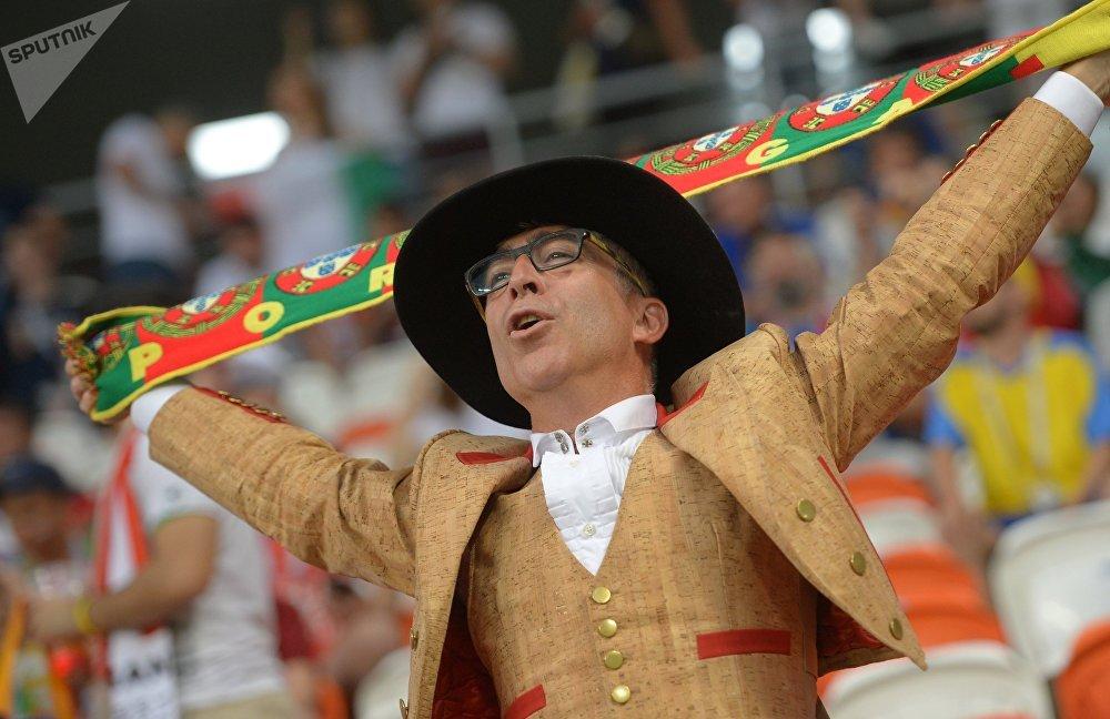Torcedor apoiando Portugal no empate por 1 a 1 com o Irã, que garantiu os portugueses na próxima fase da Copa do Mundo