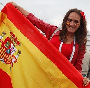 Torcedora exibe bandeira espanhola antes do jogo entre Espanha e Marrocos em Kaliningrado