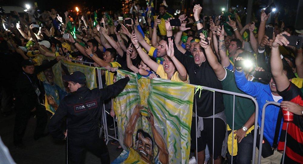 Torcedores brasileiros fazem festa em Moscou para receber seleção