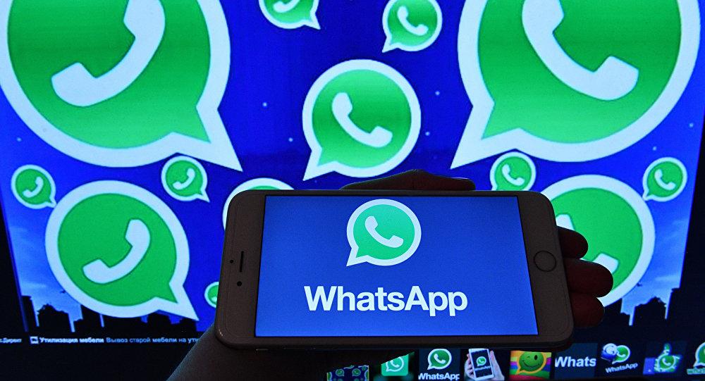 Logotipo do WhatsApp no monitor do smartphone e computador (imagem referencial)