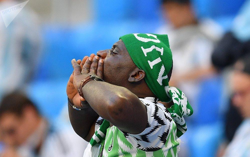 Torcedor nigeriano antes do jogo decisivo entre Nigéria e Argentina pelo grupo D em São Petersburgo