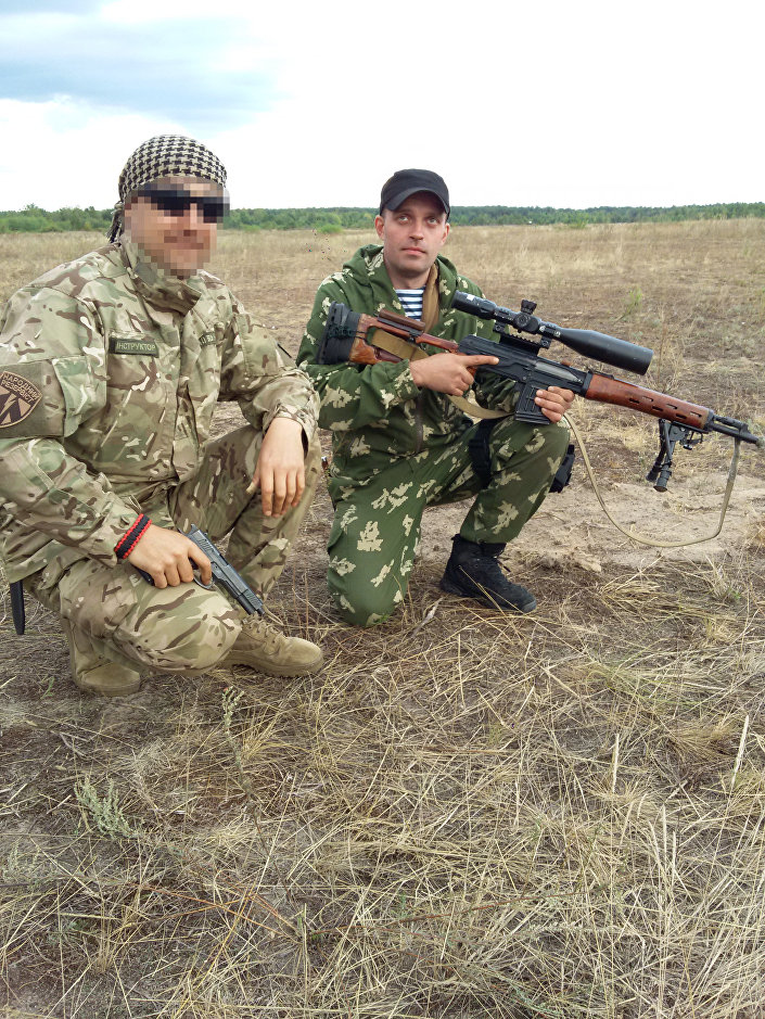 Mobilização para os exercícios militares da unidade 3066 (Batalhão Kulchitsky). Sergei Sanovsky à direita