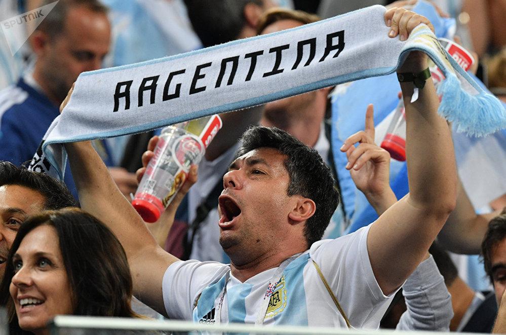 Torcedor celebra a classificação da Argentina para a próxima fase do Mundial