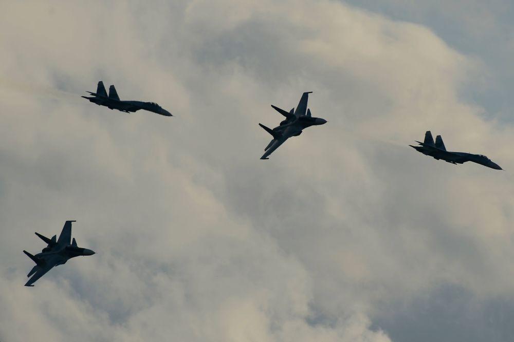 Aviões Su-34 durante o programa do Fórum Técnico-Militar Internacional Exército 2015 na cidade de Kubinka