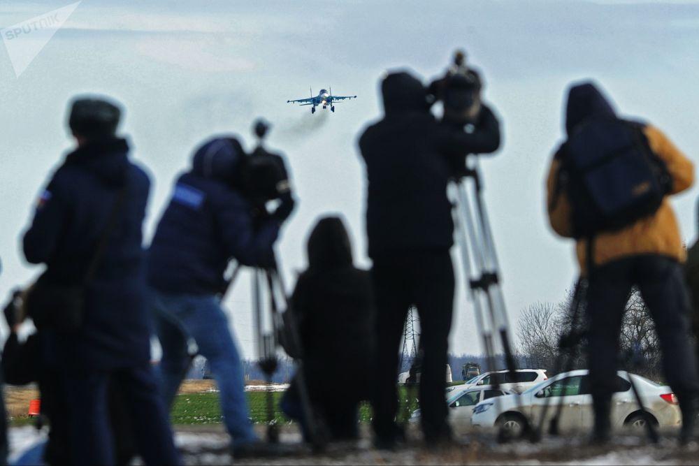 Jornalistas observando a aterrissagem de um Su-34 na região de Rostov no decorrer das manobras táticas do 4º exército da Força Aérea e Defesa Antiaérea do Distrito Militar do Sul