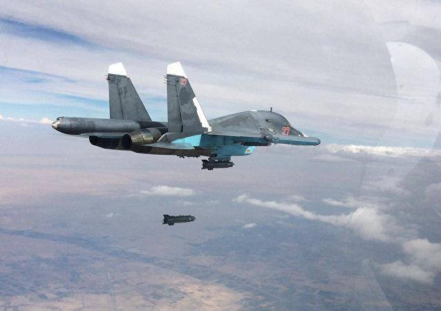 Caça-bombardeiro Su-34 efetuando ataques aéreos nas províncias de Raqqa e Aleppo