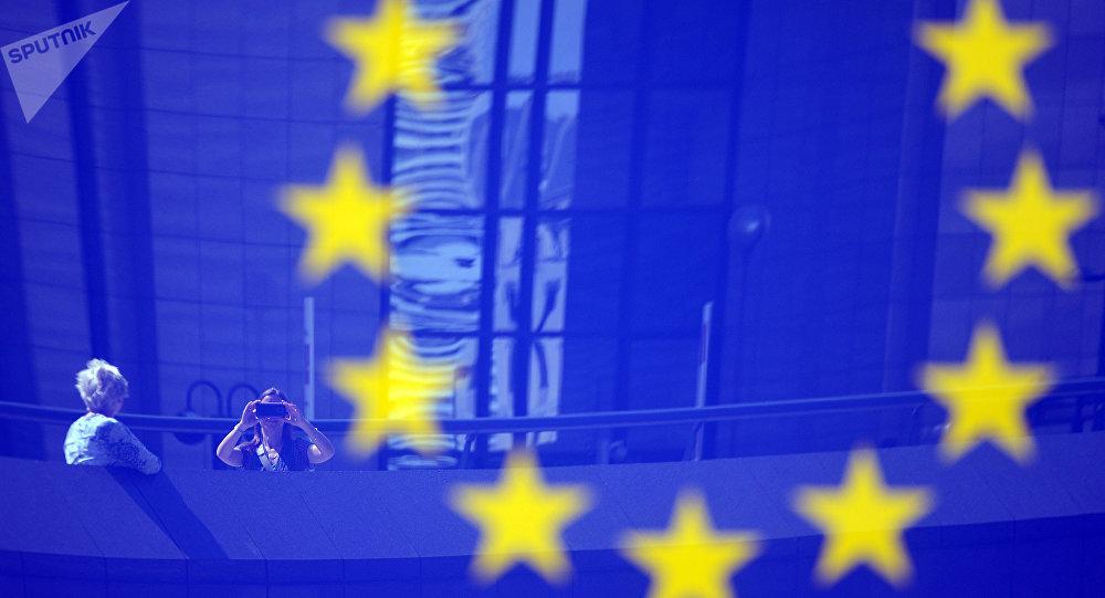 Turistas e logo da União Europeia em Bruxelas, Bélgica