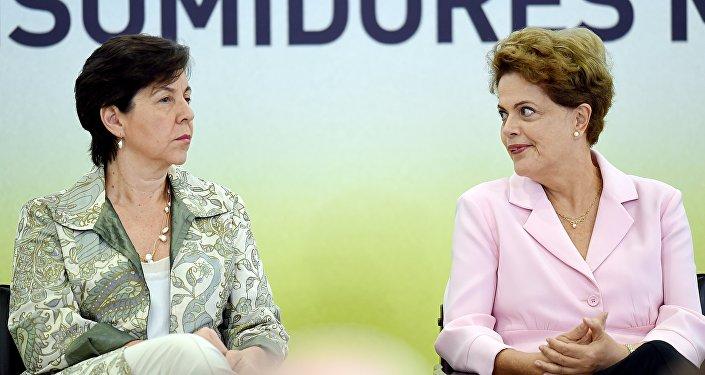 Presidenta do Brasil, Dilma Rousseff, com a ministra do Desenvolvimento Social e Combate à Fome, Tereza Campello, durante cerimônia de lançamento do Plano Nacional de Defesa Agropecuária