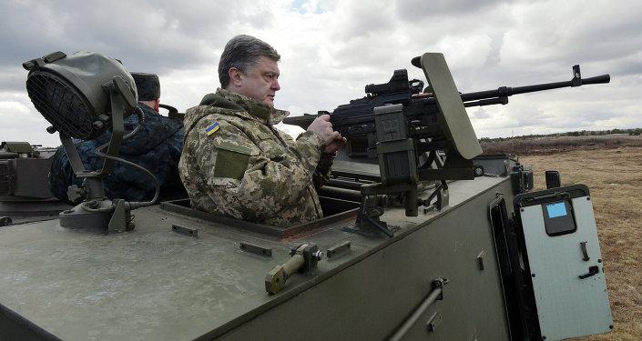 Presidente ucraniano Pyotr Poroshenko em visita a base militar nos arredores de Kiev em 4 de abril de 2015