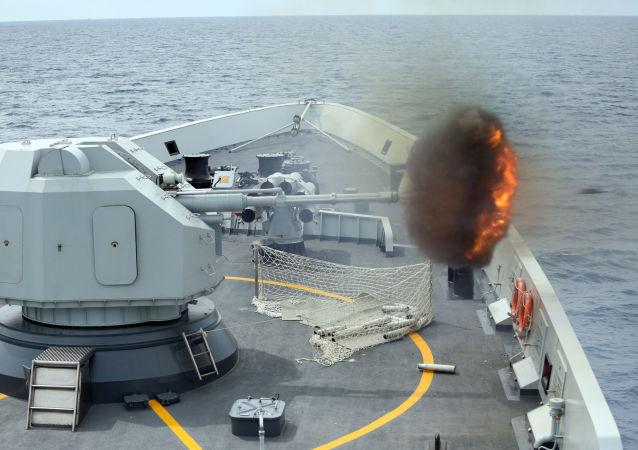 Fragata chinesa Yulin realiza disparos de treinamento no mar da China Meridional em 24 de maio de 2015.