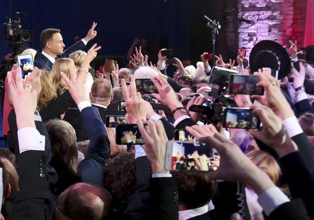 O novo presidente da Polônia, Andrzej Duda (esquerda), depois da divulgação dos resultados das eleições, em 24 de maio de 2015.