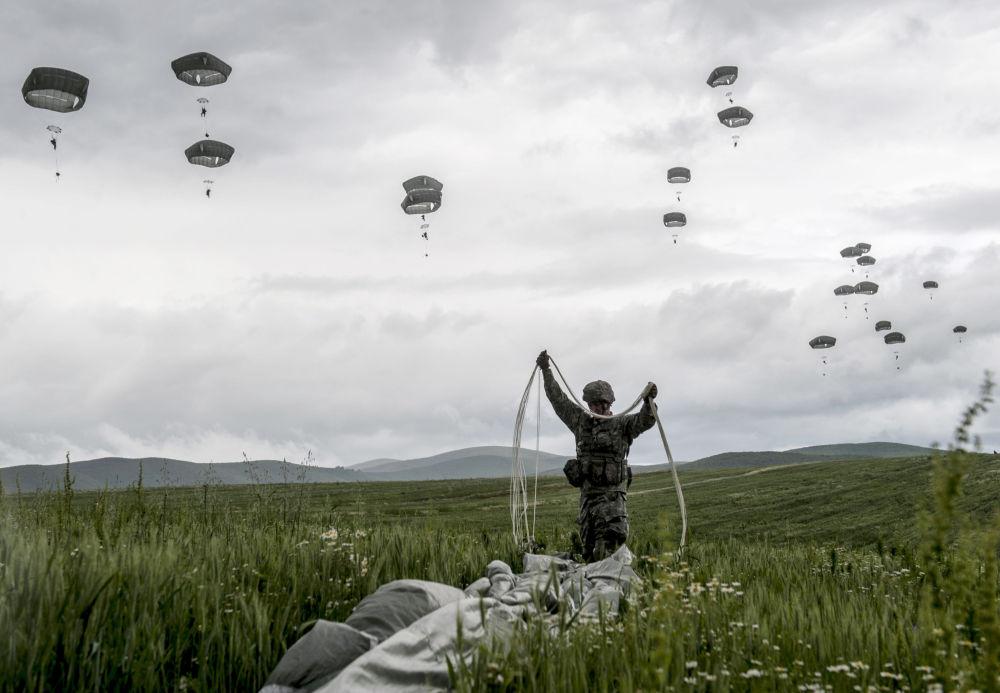 Paraquedistas da KFOR (missão da OTAN no Kosovo) perto da aldeia de Ramjan em 27 de maio de 2015.
