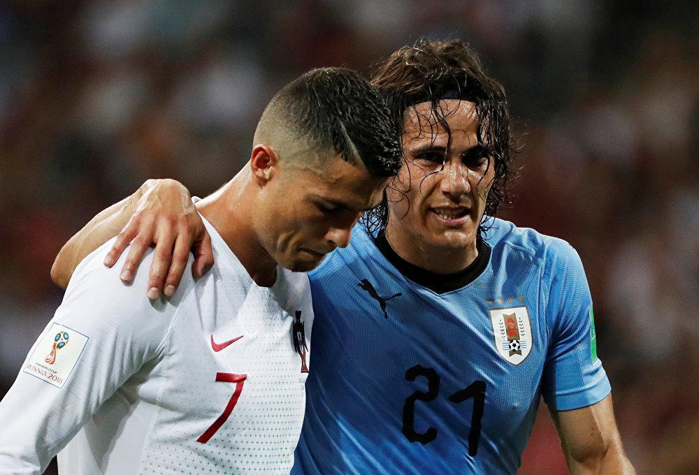 Cavani deixa o campo amparado por Cristiano Ronaldo, após possível lesão.