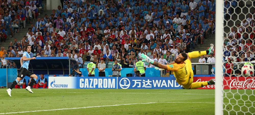 Cavani observa seu segundo gol.