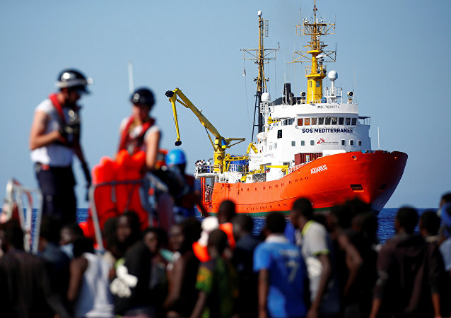 O navio Aquarius ao fundo enquanto imigrantes são resgatados pela organização SOS mediterrâneo. Foto de 14 de setembro de 2017.