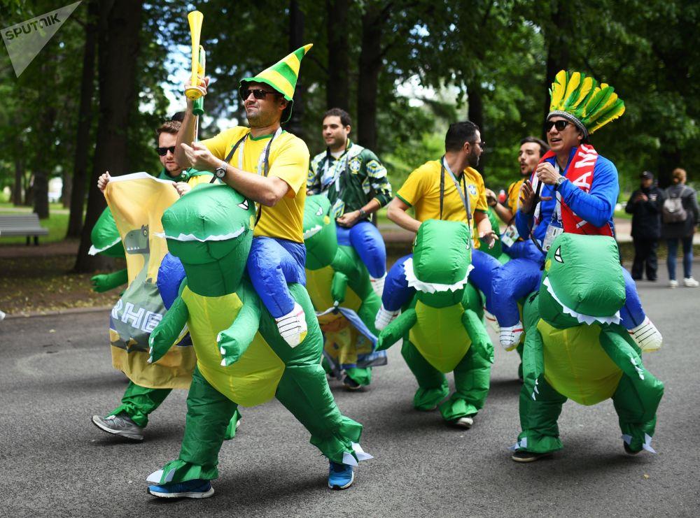 Torcedores apoiam sua seleção antes da partida entre a Seleção Brasileira e a Seleção Costarriquenha na Copa do Mundo de 2018