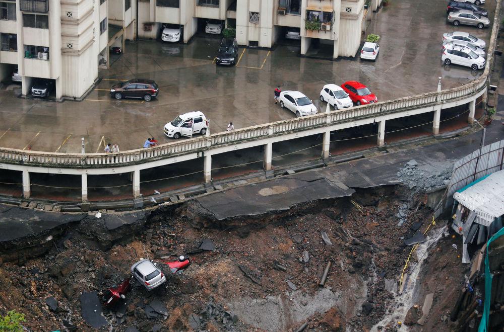 Estacionamento destruído em resultado de chuvas fortes em Mumbai