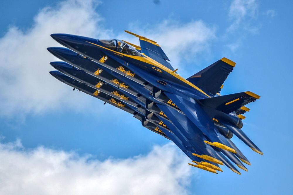 A Esquadrilha de Acrobacia Aérea da Marinha dos EUA, popularmente conhecida como Blue Angels (Anjos Azuis), apresenta-se no âmbito do salão de aviação em Dayton, Ohio