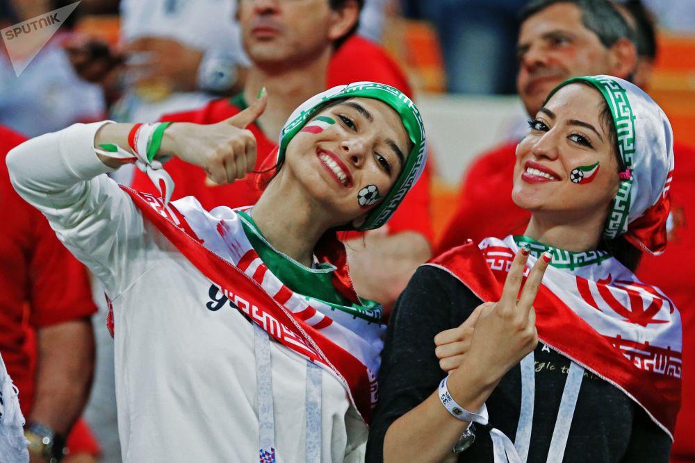 Torcedoras da Seleção Iraniana assistem à partida da fase de grupos contra a Seleção Portuguesa, Copa do Mundo de 2018