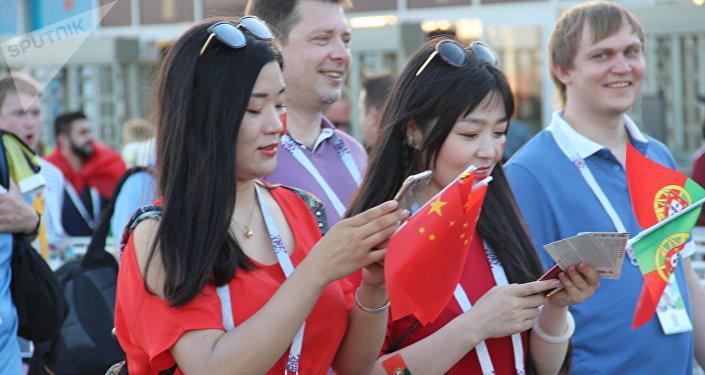 Torcedores chineses da Seleção Portuguesa antes do jogo Portugal-Uruguai, em Sochi, em 30 de junho de 2018