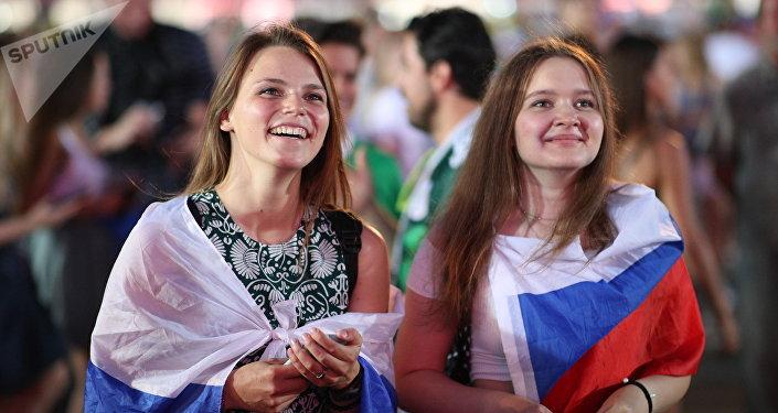 Torceras russas festejando em Moscou a classificação da seleção nacional para as quartas de final da Copa do Mundo