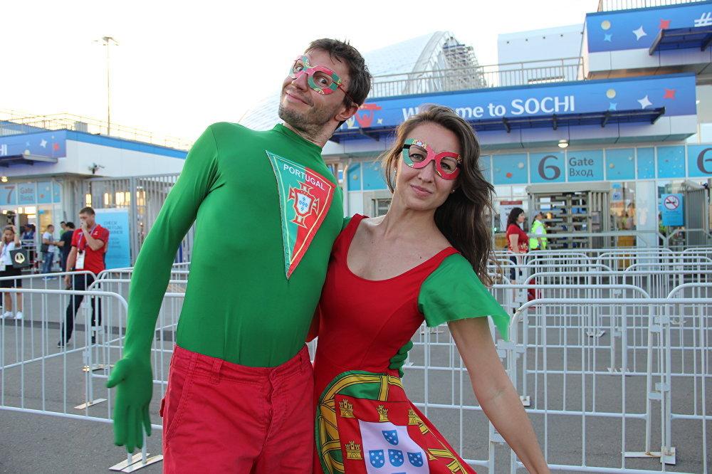 Uliana e Andrei, torcedores russos da Seleção Portuguesa, antes do jogo Portugal-Uruguai, em Sochi, em 30 de junho de 2018