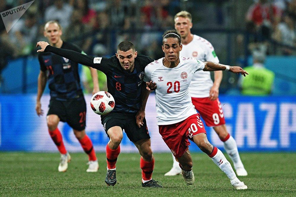 Mateo Kovacic e Yussuf Poulsen brigam pela bola no duelo entre Croácia e Dinamarca em Nizhny Novgorod