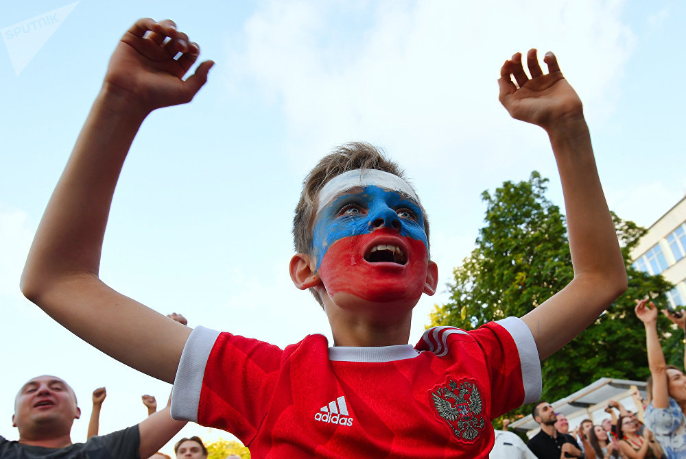 Menino celebra em Sevastopol, Crimeia, vitória da Rússia sobre a Espanha em Moscou